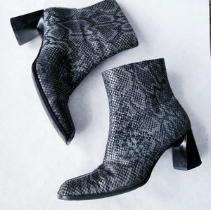Naturalizer gray snakeskin leather booties 7M